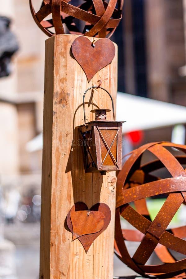 Сердце и фонарик сделанные из олова стоковые изображения