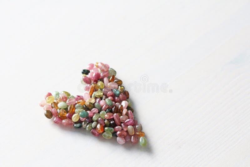 Сердце Красивое сердце сделанное естественного каменного турмалина белизна модели сердца предпосылки 3d Валентайн приветствию s д стоковое фото rf