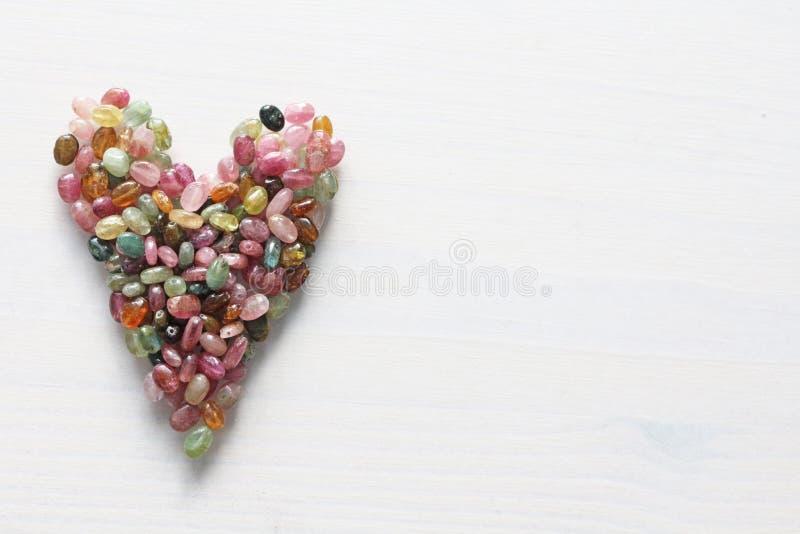 Сердце Красивое сердце сделанное естественного каменного турмалина белизна модели сердца предпосылки 3d Валентайн приветствию s д стоковая фотография rf