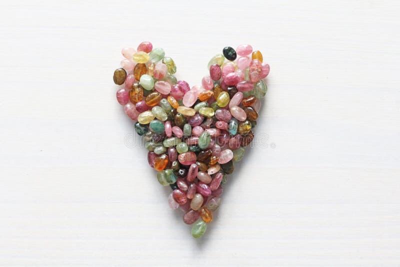 Сердце Красивое сердце сделанное естественного каменного турмалина белизна модели сердца предпосылки 3d Валентайн приветствию s д стоковые фото