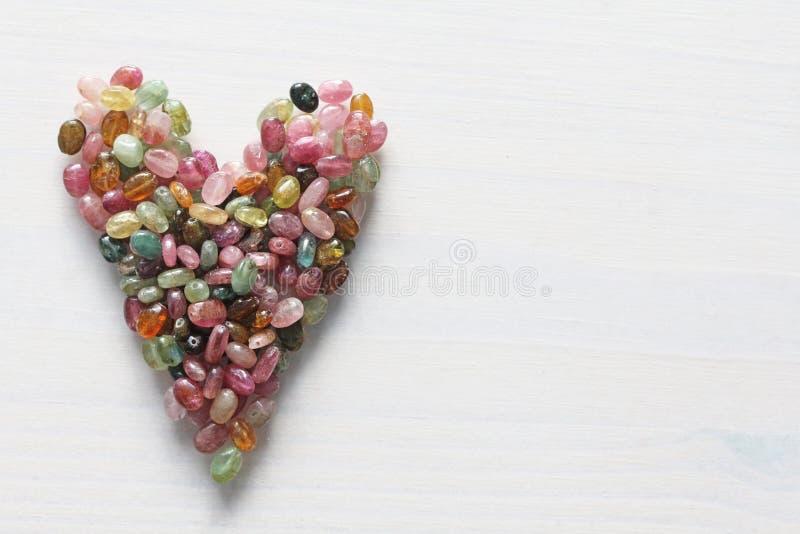 Сердце Красивое сердце сделанное естественного каменного турмалина белизна модели сердца предпосылки 3d Валентайн приветствию s д стоковые изображения rf