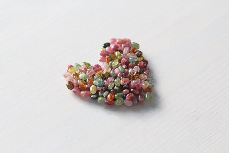 Сердце Красивое сердце сделанное естественного каменного турмалина белизна модели сердца предпосылки 3d Валентайн приветствию s д стоковое изображение rf