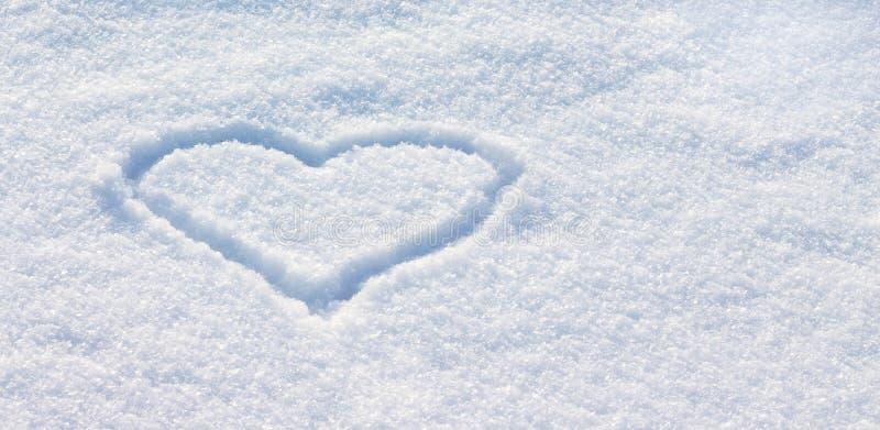 Сердце нарисовано в снеге Поздравления на день ` s валентинки Spase_ экземпляра стоковое изображение