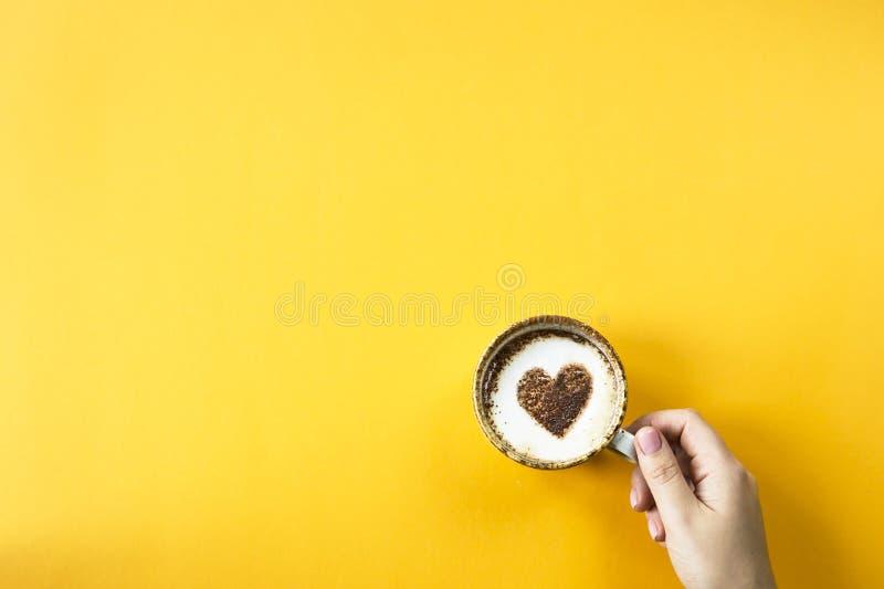 Сердце нарисовано на кофе стоковое фото rf
