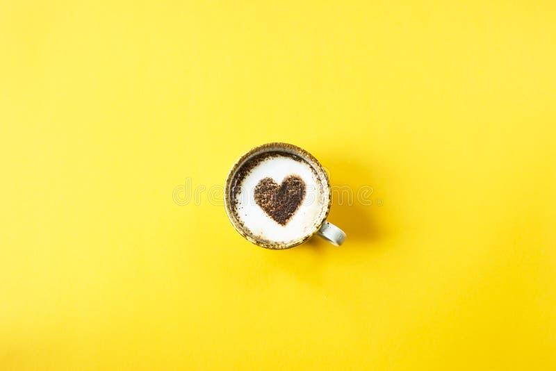 Сердце нарисовано на кофе стоковое фото