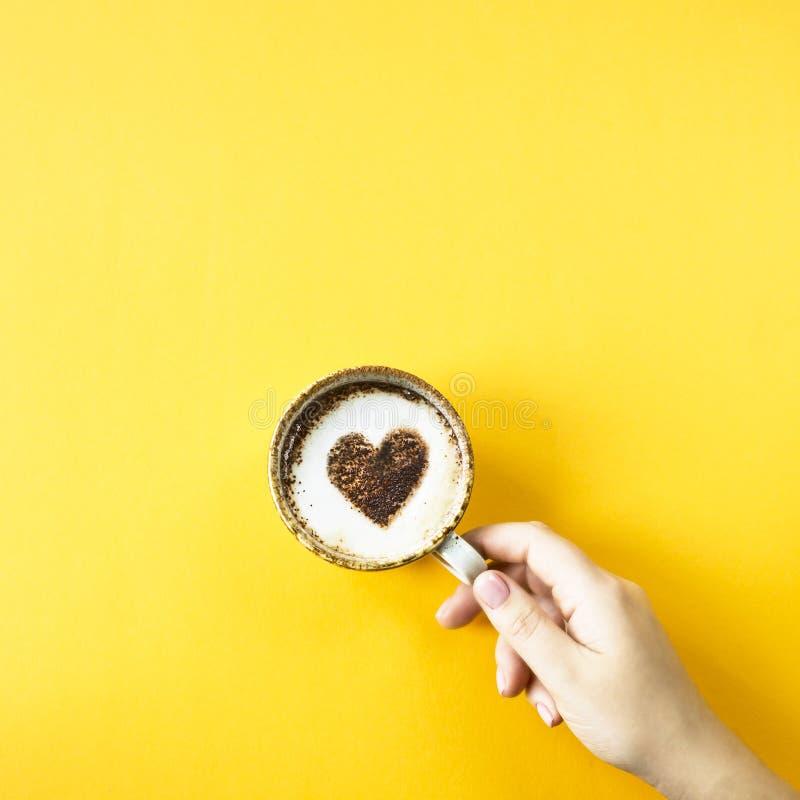 Сердце нарисовано на кофе стоковые изображения rf