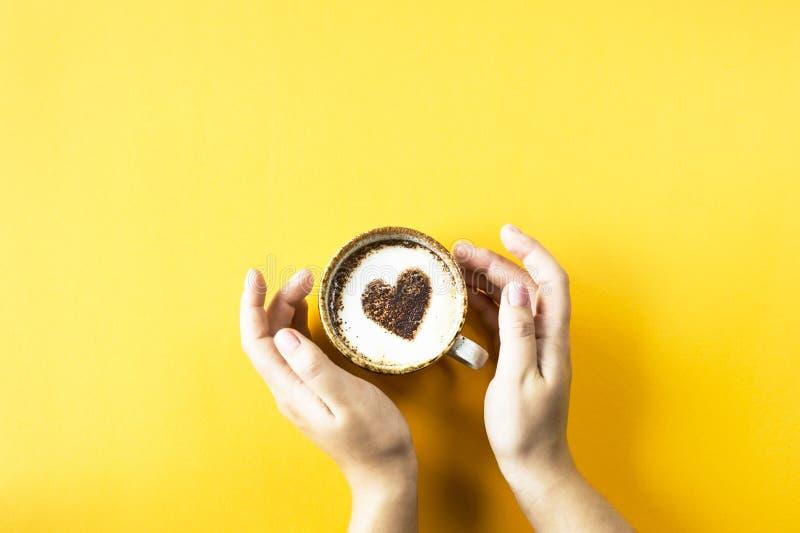 Сердце нарисовано на кофе стоковые фотографии rf