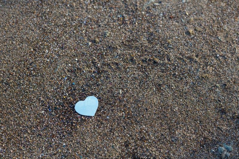 Сердце на камнях, предпосылка дня валентинок стоковое фото