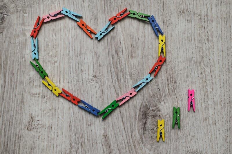 Сердце сделанное деревянных зажимок для белья стоковая фотография rf