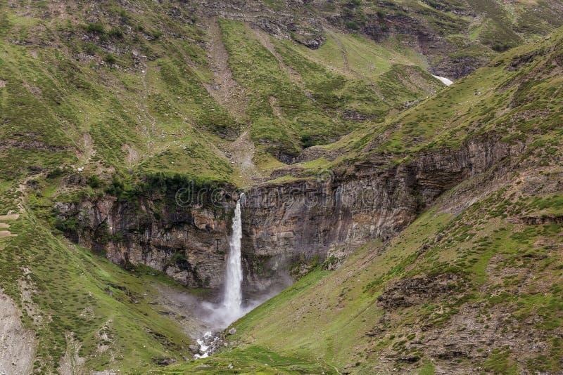 Сердце сформировало водопад Sissu в долине Chandra стоковые изображения rf