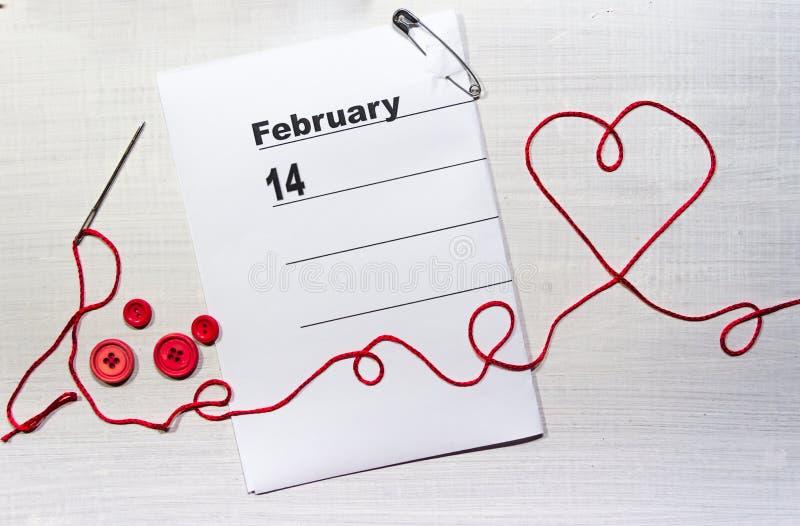 Сердце с потоком и кнопками иглы на календаре валентинок стоковые изображения rf