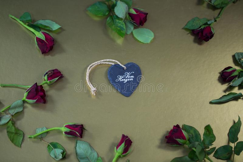 Сердце с розами, золотая предпосылка стоковые фото