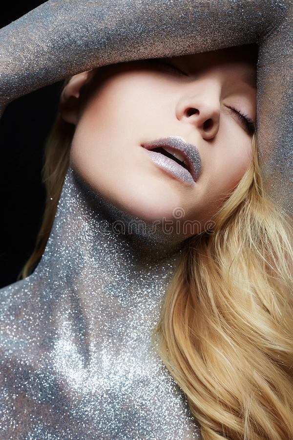Серебряная девушка Красивая женщина с Sparkles стоковые фото