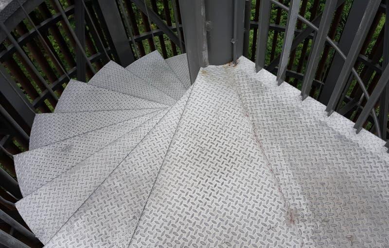 Серебряная железная винтовая лестница стоковое изображение rf