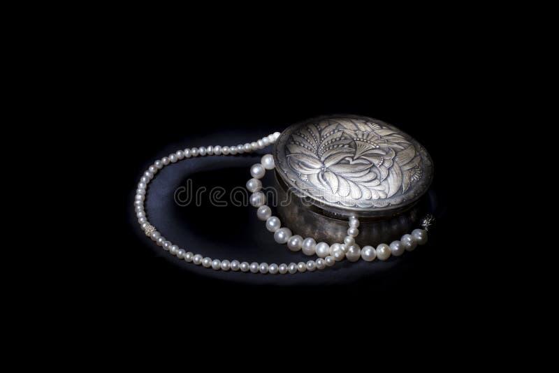 Серебряная коробка с жемчугами 5 стоковое фото rf