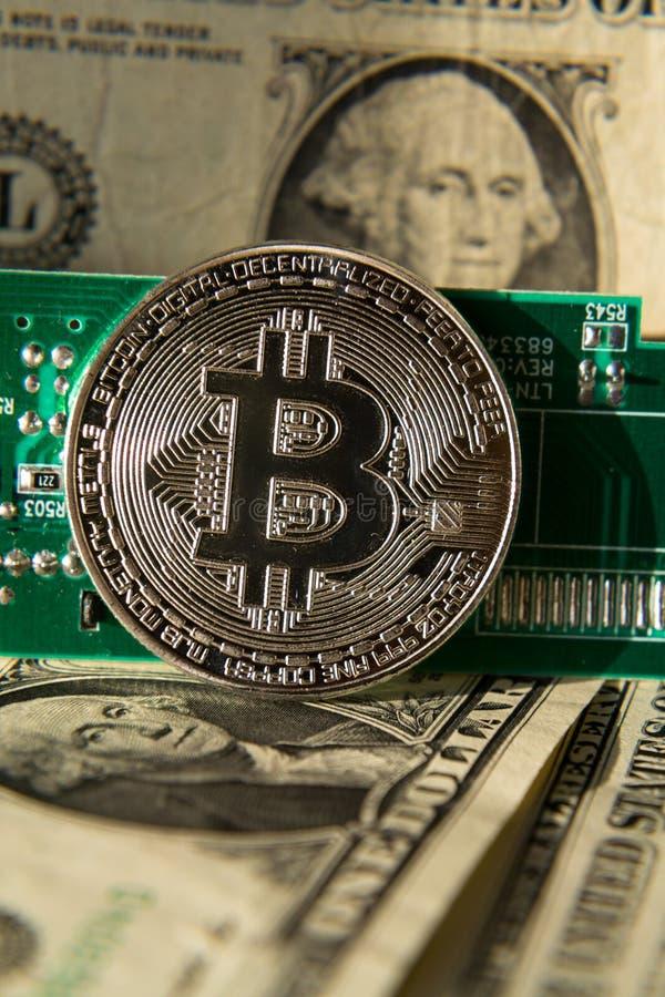 Серебряная монетка bitcoin с долларами и материнской платой компьютера, минированием cryptocurrency и инвестировать стоковая фотография