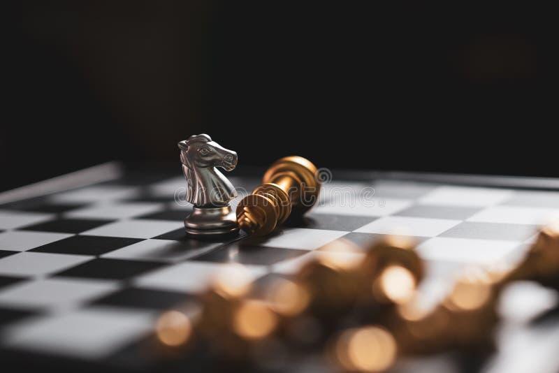 Серебряная победа рыцаря шахматов оставаясь на доске стоковое изображение
