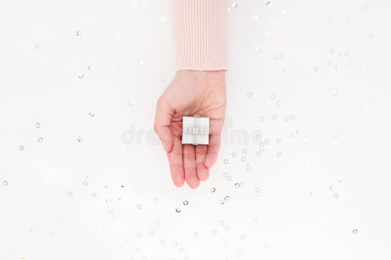 Серебряная подарочная коробка в женской ладони стоковое изображение rf