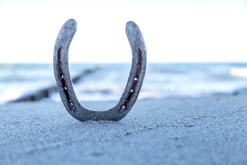 Серебряная подкова на пляже стоковая фотография