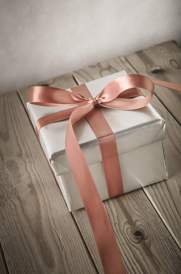 Серебряная подарочная коробка двинутая под углом с винтажным влиянием стоковые фотографии rf