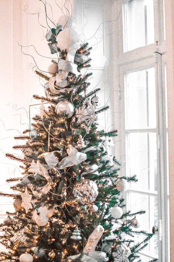 Серебряная рождественская елка окном стоковые изображения