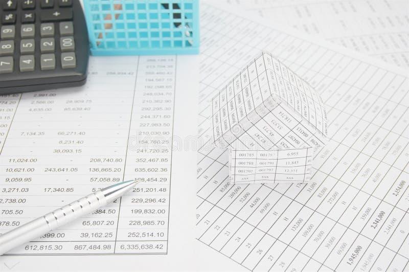 Серебряная ручка с домом имеет калькулятор и голубую корзину стоковая фотография rf
