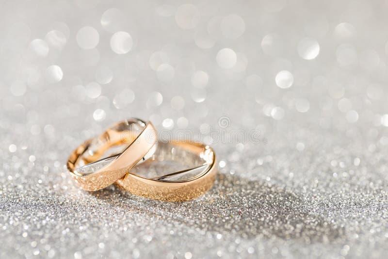 Серебряная сверкная предпосылка bokeh яркого блеска с ri золотой свадьбы стоковые изображения rf