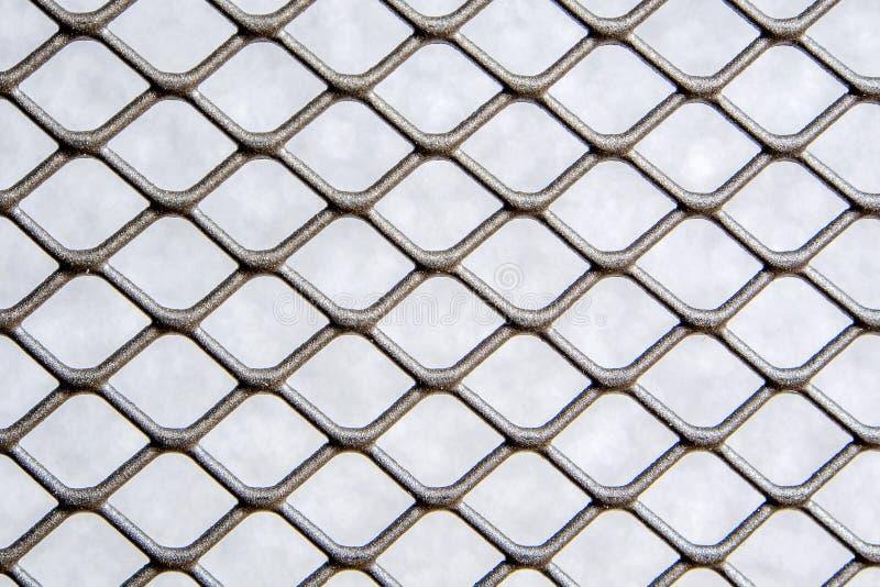 Серебряная серая загородка ячеистой сети металла цвета с серой предпосылкой стоковая фотография rf