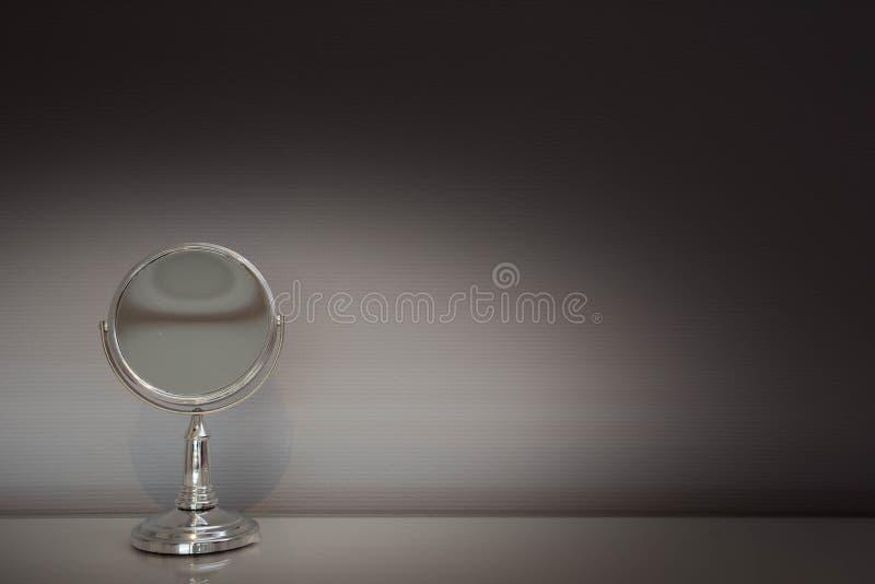 Серебряное античное зеркало на предпосылке конспекта таблицы стоковое изображение rf