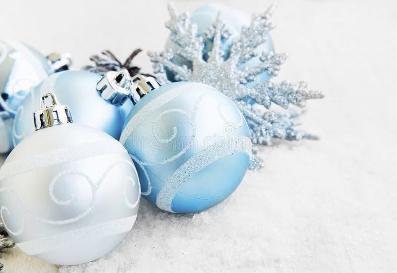 Серебряное и голубое украшение шариков рождества стоковые изображения