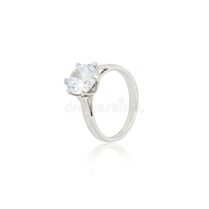 Серебряное кольцо с бриллиантом изолированное на белизне стоковые фото