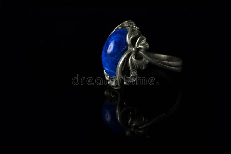Серебряное кольцо с lazuli lapis на черной предпосылке стоковое изображение