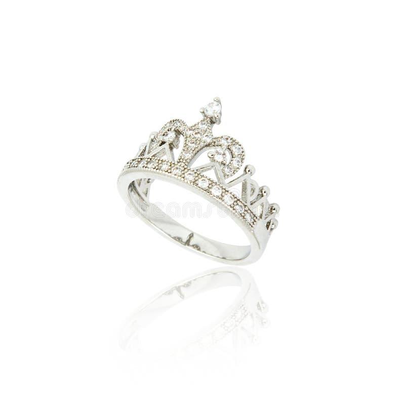 Серебряное кольцо с бриллиантом изолированное на белизне стоковое фото