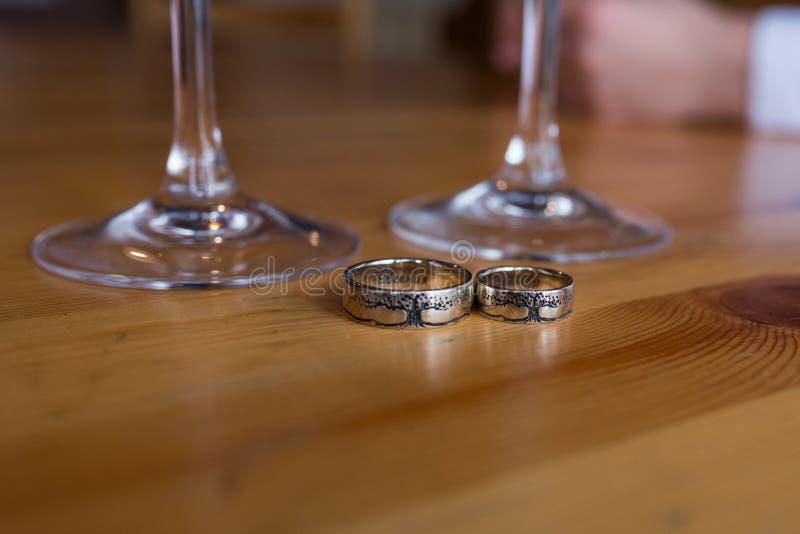 Серебряное обручальное кольцо 2 с изображением дерева Необыкновенные обручальные кольца стоковые изображения rf