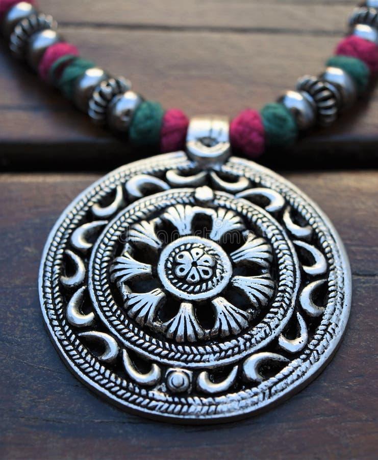 Серебряное ожерелье медальона стоковое фото rf