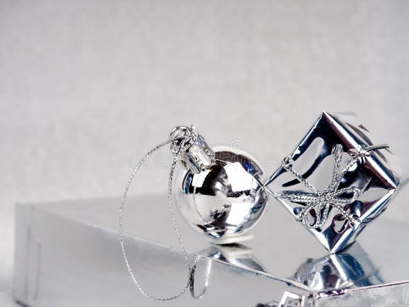 Серебряное Рождество, счастливая поздравительная открытка, серебряный конус и подарок на серебряном фоне, новый тренд года, место стоковые изображения rf