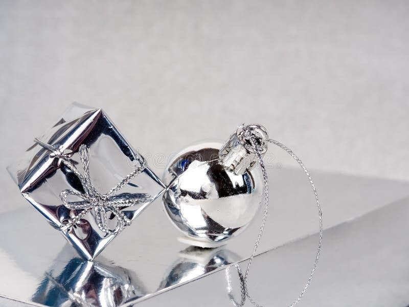 Серебряное Рождество, счастливая поздравительная открытка, серебряный конус и подарок на серебряном фоне, новый тренд года, место стоковое фото rf