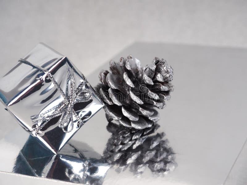 Серебряное Рождество, счастливая поздравительная открытка, серебряный конус и подарок на серебряном фоне, новый тренд года, место стоковые фотографии rf