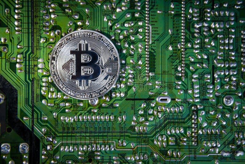 Серебряное Bitcoins на обломоке Зеленая предпосылка Крипта безопасности стоковые фотографии rf