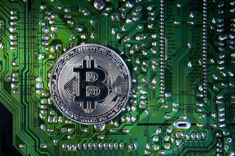 Серебряное Bitcoins на обломоке Зеленая предпосылка Крипта безопасности стоковое фото