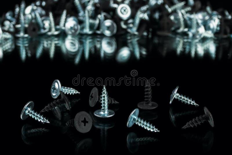 Серебряное chrom и анодированные чернотой винты стоковое изображение rf