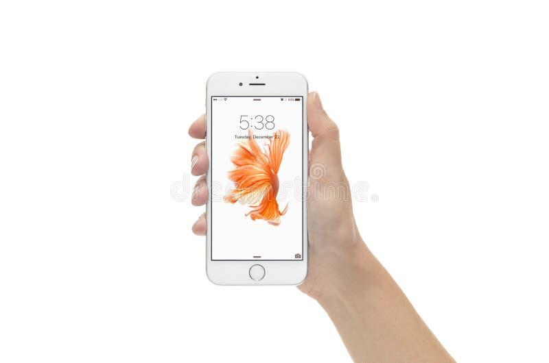 Серебряное iPhone 6 в экране замка против белой предпосылки стоковые фотографии rf