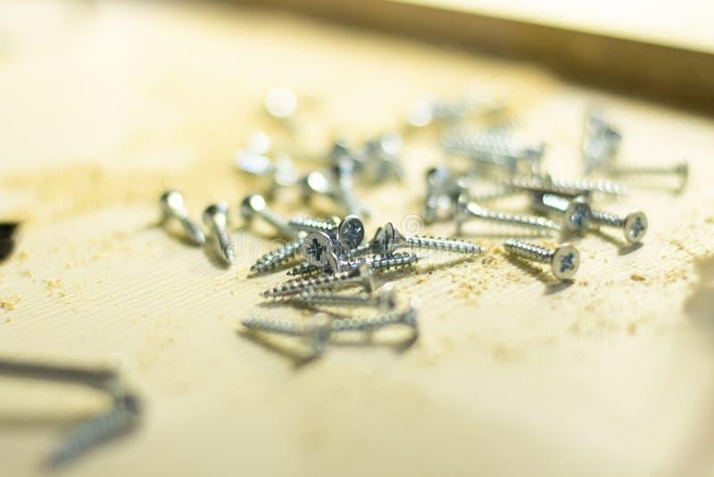 Серебряные винты на таблице стоковые изображения rf