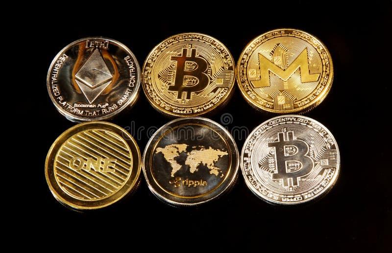 Серебряные и золотые крипты известные как monero, litecoin, bitcoin стоковая фотография rf