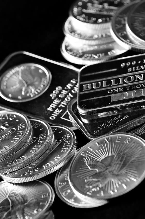 Серебряные монеты и предпосылка баров стоковое изображение rf