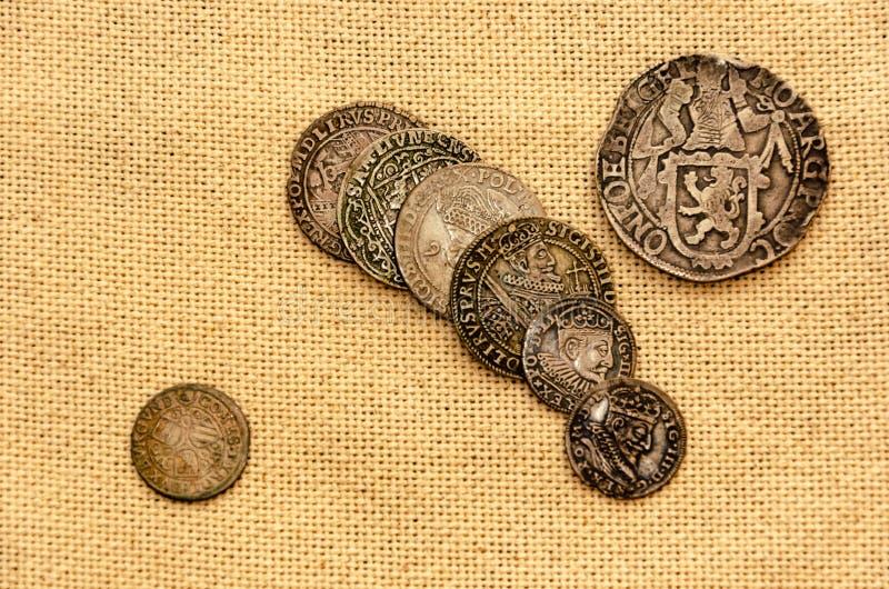 Серебряные монеты на предпосылке белья стоковое изображение rf