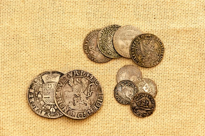 Серебряные монеты на предпосылке белья стоковая фотография rf