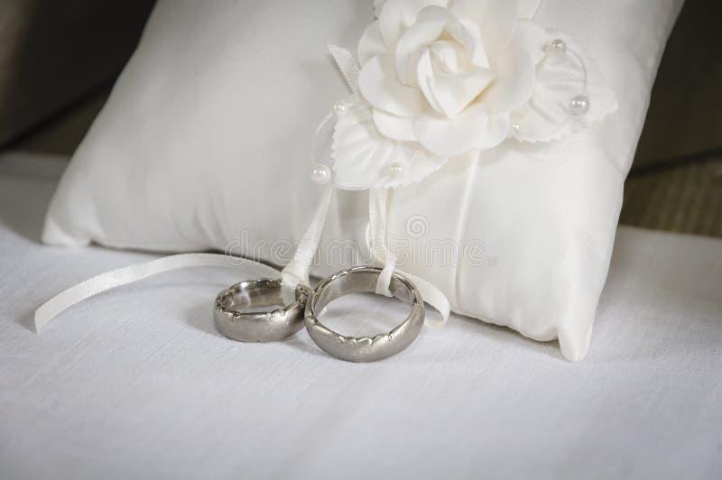 Download Серебряные обручальные кольца Стоковое Фото - изображение насчитывающей кольцо, привычно: 33726168