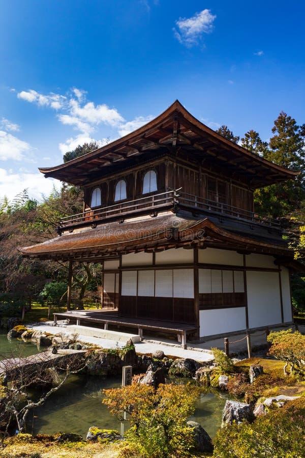 Серебряные павильон и сад дзэна в виске Ginkakuji в Киото, Японии стоковые изображения