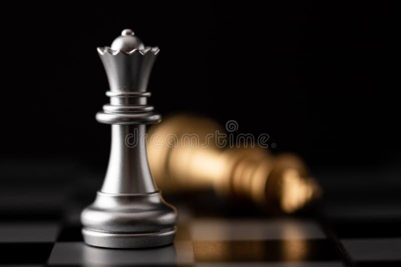 Серебряные положение ферзя и падать короля золота стоковые изображения